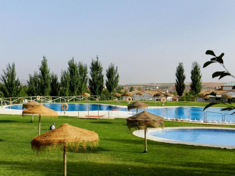 piscina sombrillas 768x576 - CAMPING LA SIERRECILLA